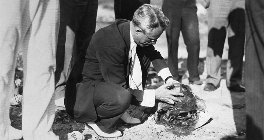 An investigator analyses remains of one of the Cleveland Torso Murderer's victims